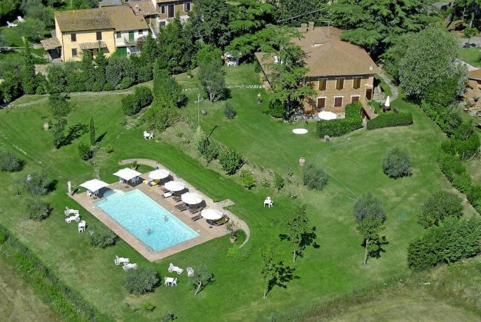 Vista piscina dall'alto a Castiglione del Lago