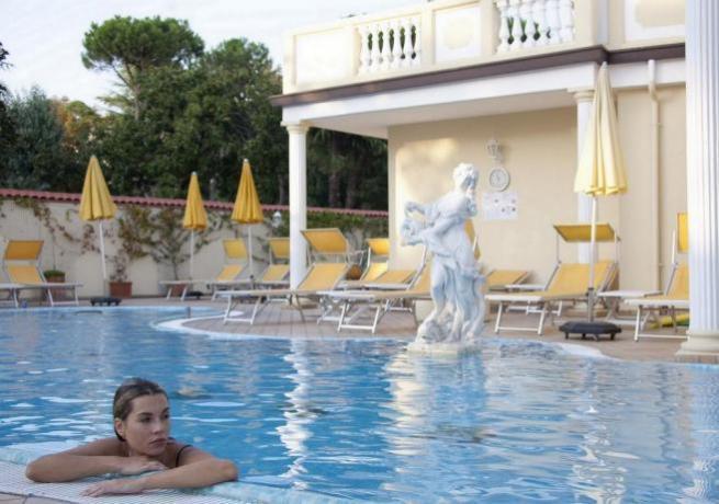 Hotel con piscina attrezzata e ben curata