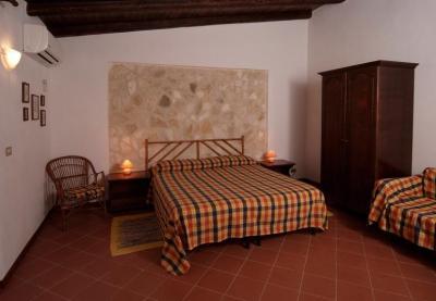 Camera matrimoniale, parete in pietra