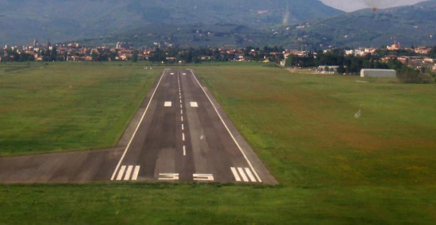 Pista asfaltata 1400 mt aeroporto Foligno