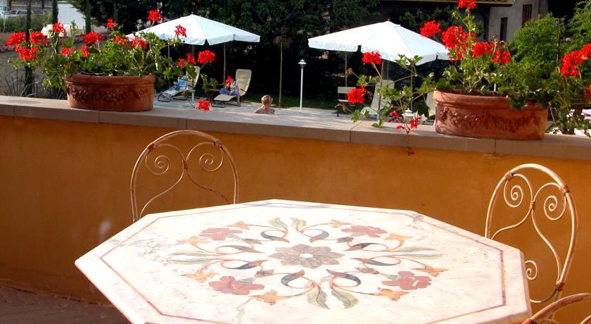Area ristoro con vista piscina