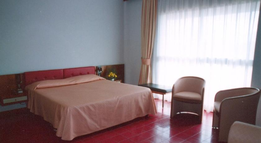 Camera matrimoniale con poltrone