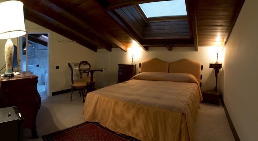 Camera con travi in legno e bagno privato