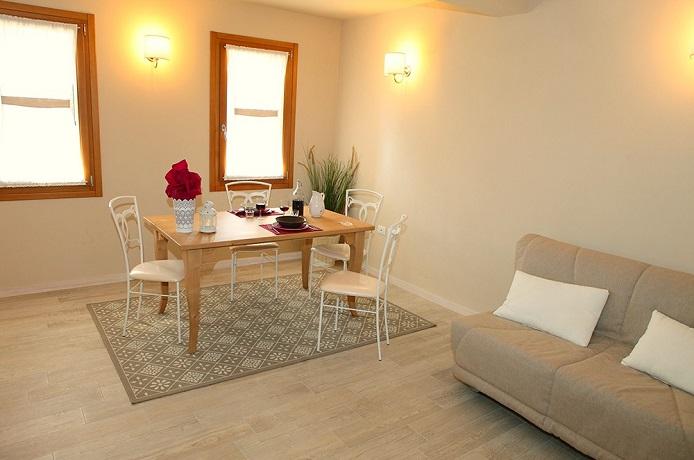 Alloggio 1- piano terra con ampio soggiorno