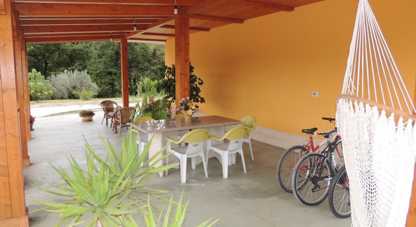 cortile esterno con giardino