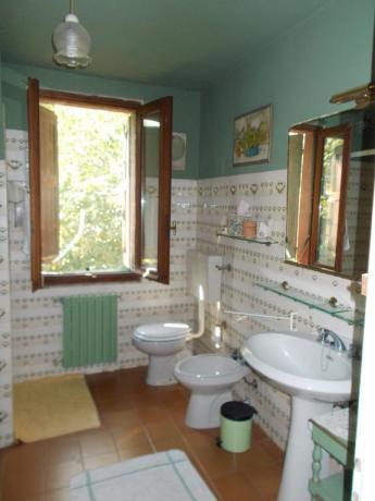 Bagno camera con finestra panoramica a Pavia