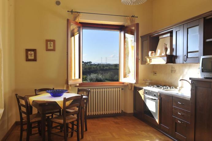 Cucina con vista Appartamento L'Ulivo vicino al Trasimeno