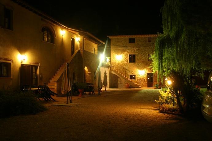 esterno dell'agriturismo con giardino notturno