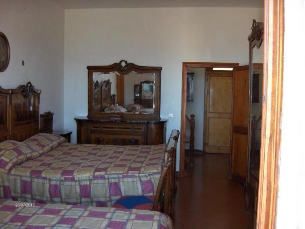Camera tripla con mobili d'epoca