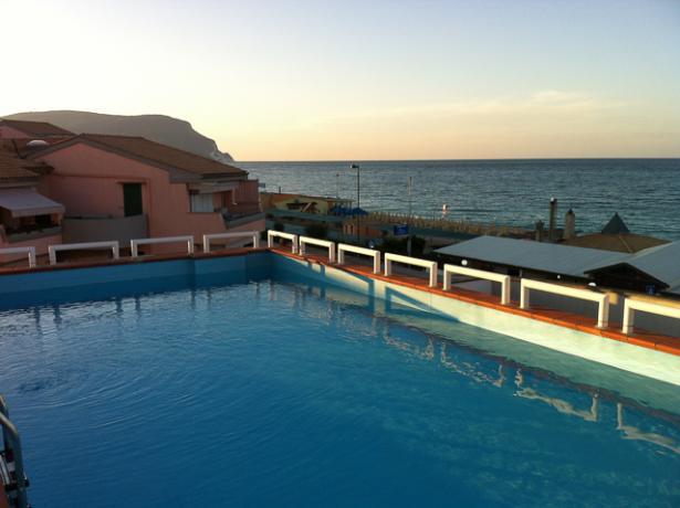 piscina-e-terrazza-solarium-fronte-mare-beb-marcelli-beach