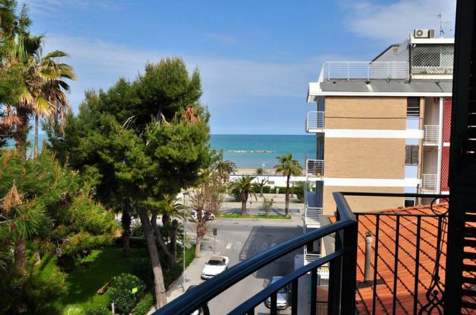 camera con balconcino e vista sul mare