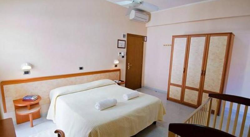 Hotel*** fronte mare a Silvi, Camera matrimoniale, Tv