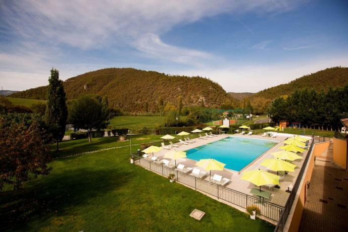 Parco verde e piscina esterna