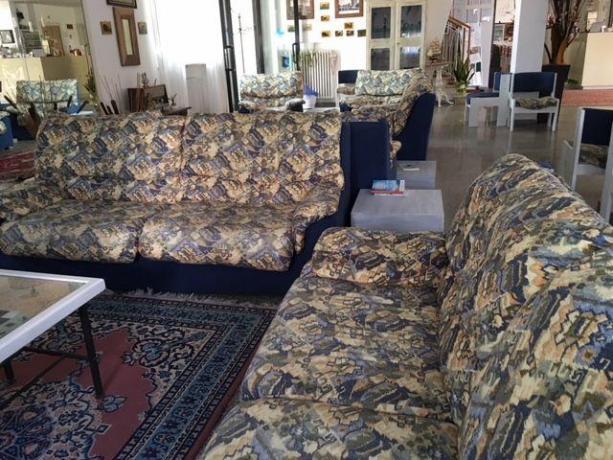 Hall Hotel con divani per ospiti vicino Ravenna