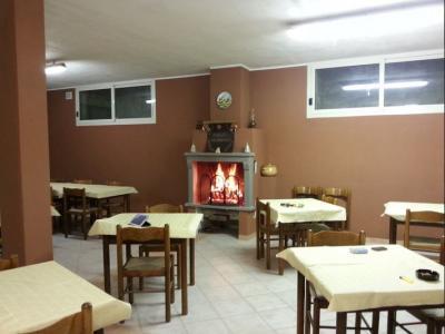 Salone con camino e cucina industriale per gruppi