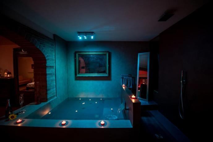 Vasca illuminata Romantica serata in Umbria x2