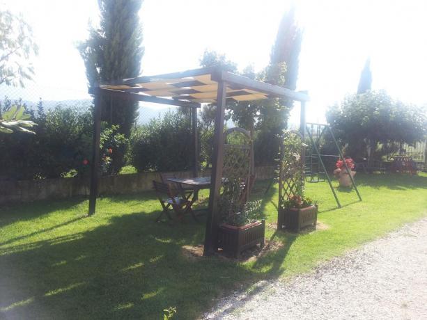 Cortile con tavoli sedie ed ombreggianti