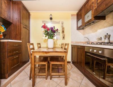 cucina con tavolo casa vacanze a Roma centro