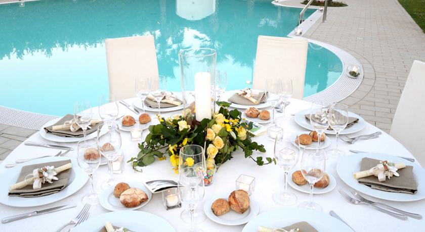 Tavolo per Ricevimento bordo piscina all'hotel campano