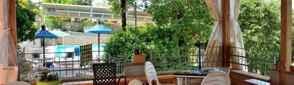 Agriturismo a Magione con piscina ombrelloni e lettini