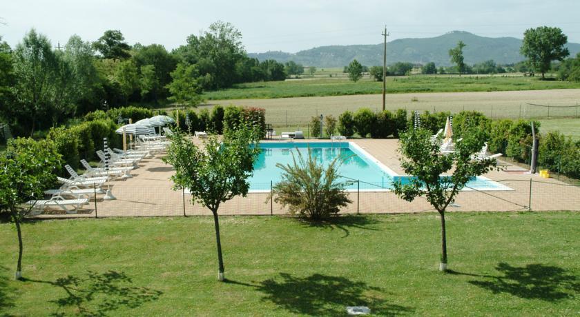 giardino con piscina privata