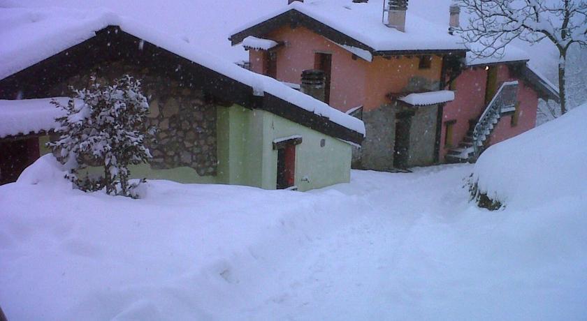 sci e snowboard in inverno