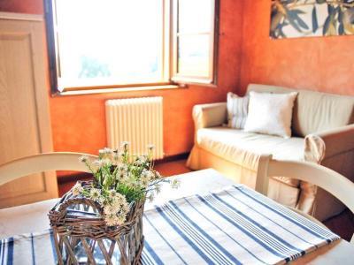 soggiorno luminoso con divano letto
