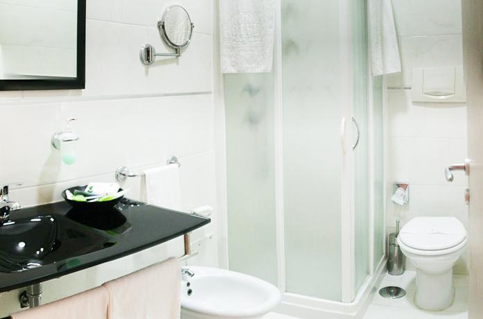 bagni con doccia in hotel vicino all'Aereoporto