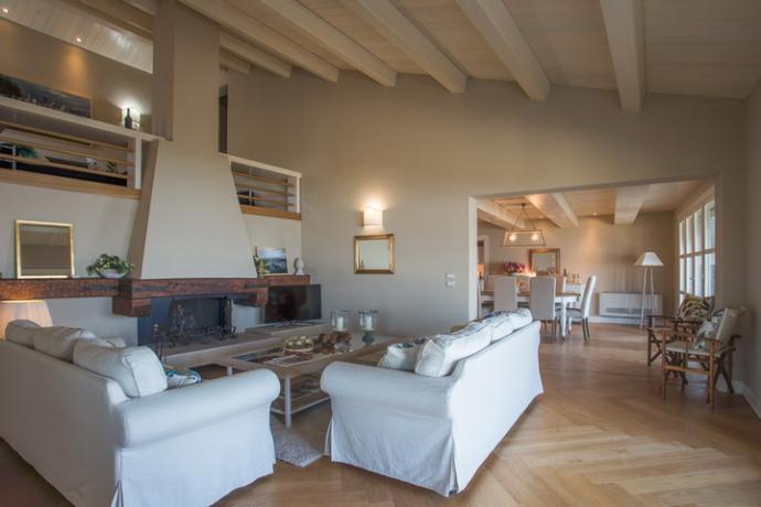 soggiorno con divani e camino  villa lusso