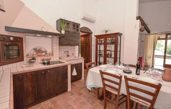 Cucina casa vacanze con giardino a San Lupo