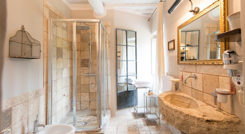 Camera Maria Jose bagno con lavabo in pietra