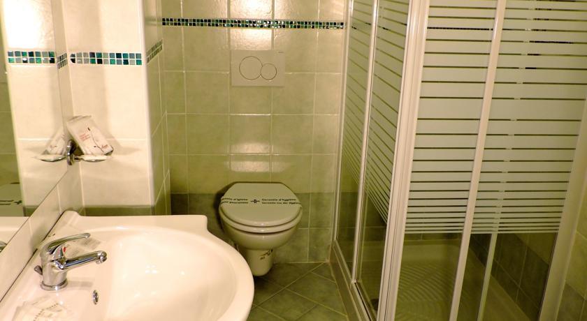 Bagno privato in camera con box doccia