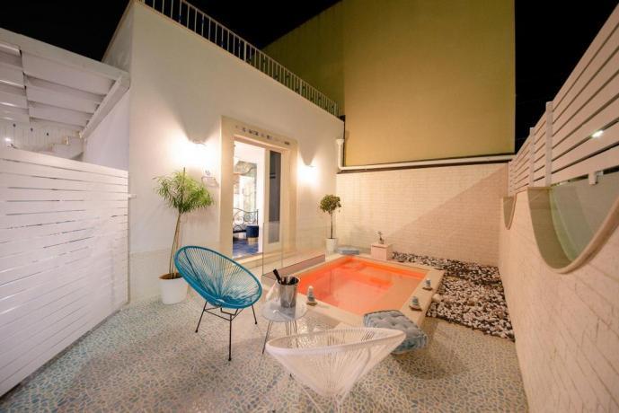 Suite con piscina idromassaggio esterna ad uso provato
