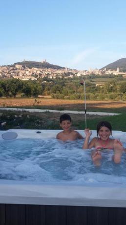 vasca idromassaggio 6 posti vista panoramica Assisi