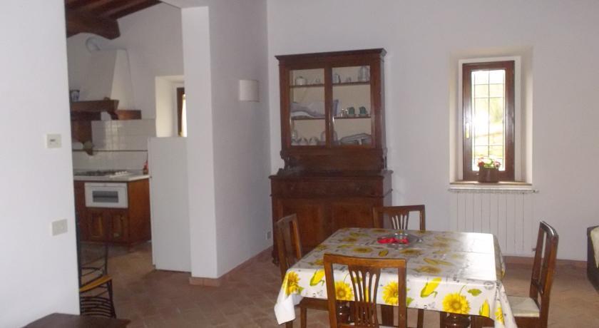 Appartamento con zona pranzo e angolo cottura