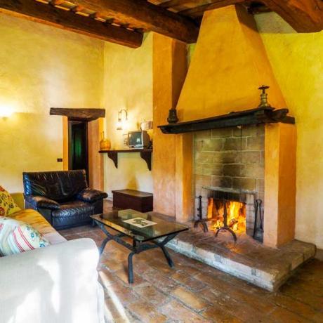 Salone con Camino casale nel Bosco Assisi