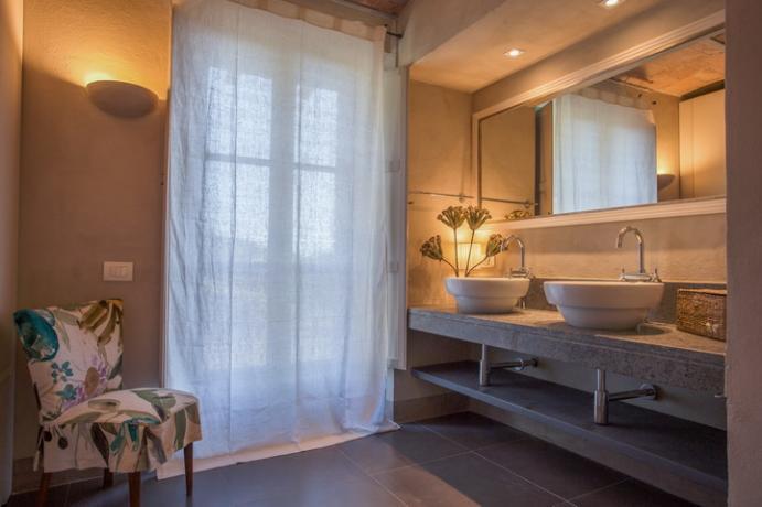 bagno con doppio lavabo e vasca idromassaggio