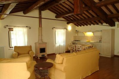 Casa Capriolo con angolo cottura e antica stufa