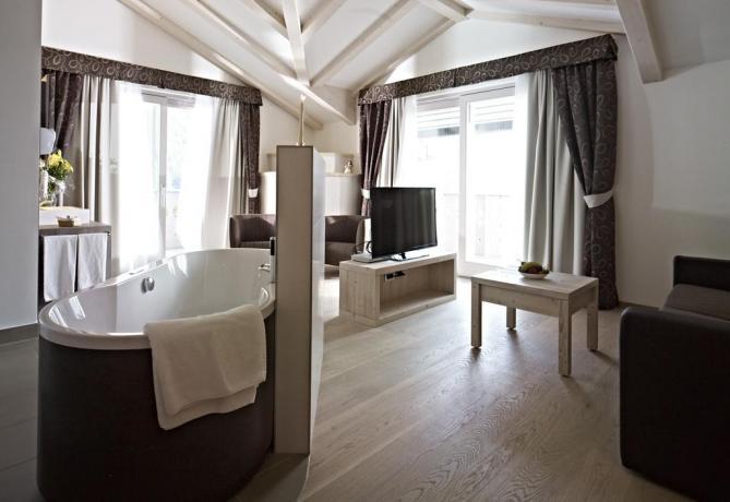Salottino Suite molveno con terrazzo e vista Lago