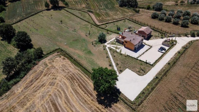 Vista dall'alto struttura nelle campagne umbre