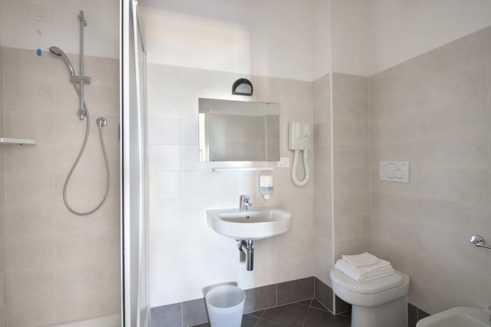 Bagno in camera albergo vicino stazione Pesaro