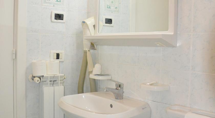 Bagno con doccia Hotel Porto di Ischia