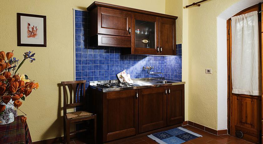 Angolo cottura con mobili in legno