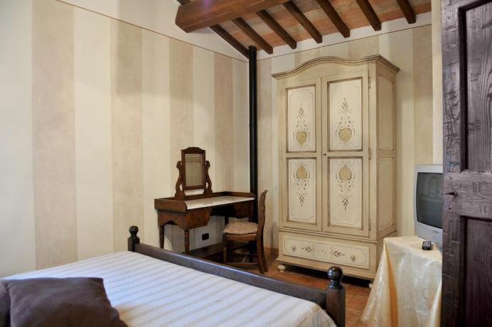 Camera matrimoniale con mobili d'epoca