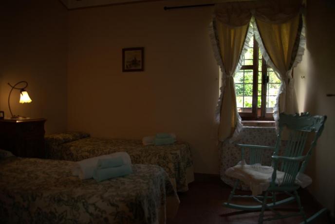 Camera bilocale con due letti singoli a Todi