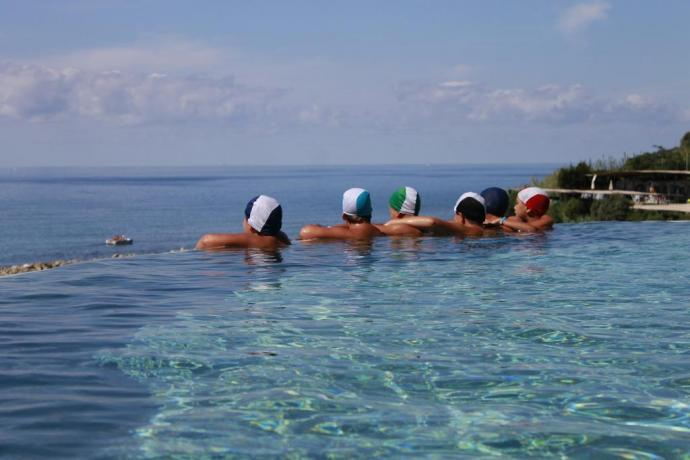 Piscina spiovente sul mare in Hotel a Palinuro