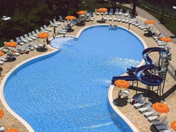 Piscina con acquascivoli e idromassaggio La Selva Puglia