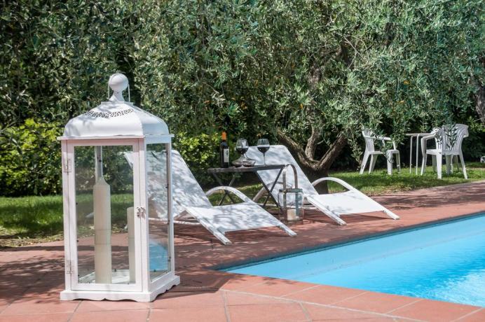 La piscina del Casale con solarium