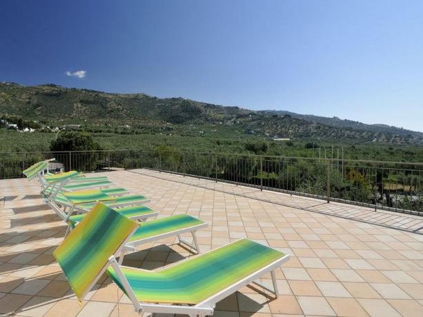 Terrazza Solarium con lettini hotel nel Gargano