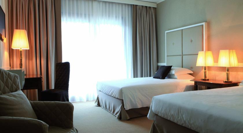 camera doppio letto ampio comodo con finestra